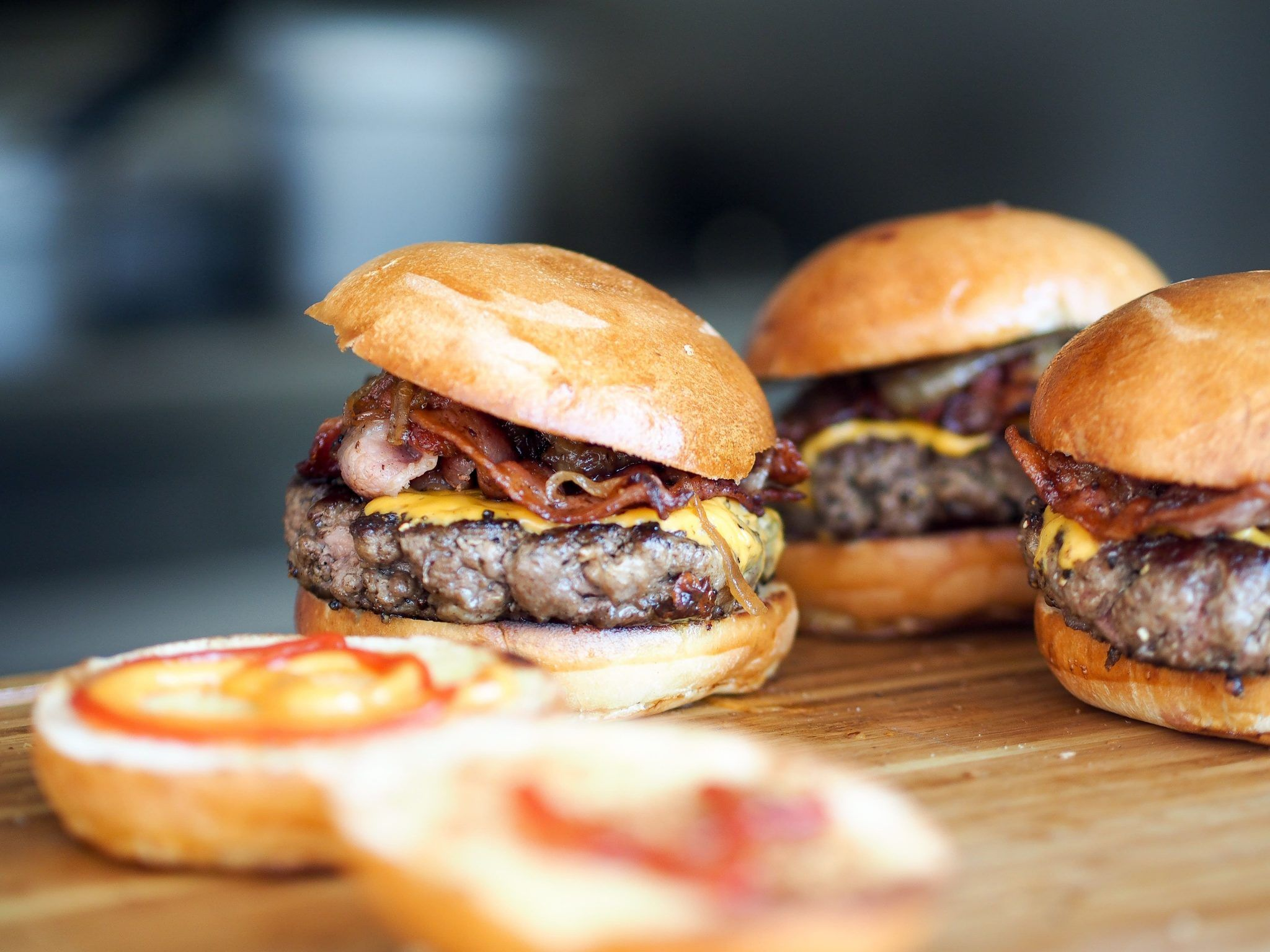 hamburguesas en una tabla de madera